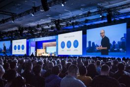 Satya Nadella prijst Windows 10 aan op Build 2015